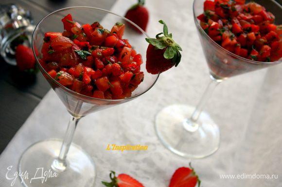 И наслаждаемся!!! такой салат очень здорово подаьт в высоких бокалах или порционных креманках.