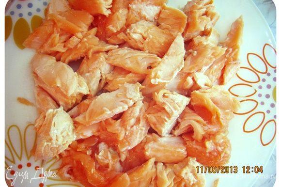Чистим рыбу от шкурки и коричневого слоя. Должны получиться вот такие порционные кусочки. Креветки (у меня уже варенные) очистить от панциря и залить на 1 минуту кипятком. Отложить отдельно на тарелку.