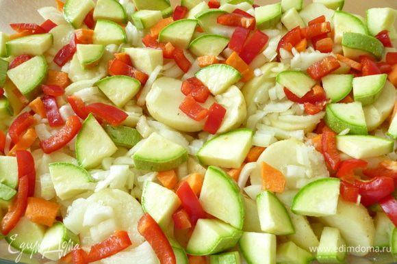 Овощи почистить, нарезать кусочками. Томаты разрезать пополам и натереть на крупной терке. На дно формы для запекания (у меня стеклянная) налить 2 столовые ложки растительного масла, слоями распределить нарезанные овощи, посолить и поперчить, добавить лавровый листик, по желанию измельченный чеснок и зелень
