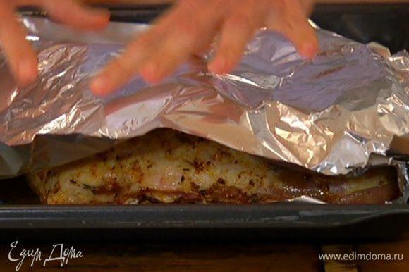 Снять с ягнятины фольгу и отправить противень в разогретую духовку, через 10 минут понизить температуру до 170°С, еще через 10 минут — до 150°С и томить 3 часа.
