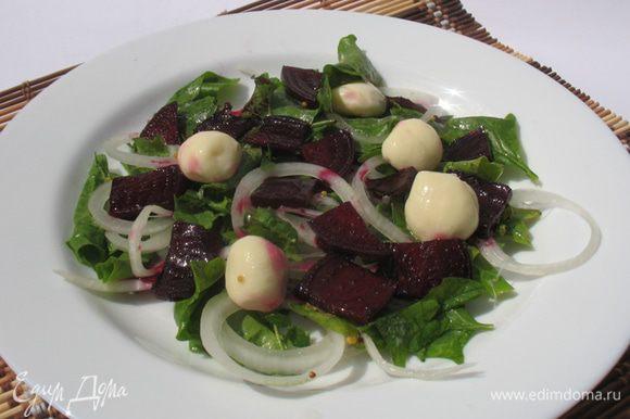 Листья салата выкладываем на тарелку сверху кладем карамелизированную свеклу и моцареллу. Это делается для того чтобы свекла не передала цвет всему остальному. Солим перчим и сбрызгиваем оливковым маслом.