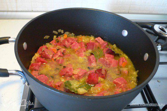 Перекладываем овощи и мясо в кастрюлю с толстыми стенами или чугунок. Перемешиваем. Добавляем вино, бульон, соль, черный перец, лавровый лист , розмарин. Ставим на средний огонь. Когда испарится алкоголь, уменьшаем огонь до минимума и накрываем крышкой. Тушим около 2,5-3 часов. По необходимости добавляем воды или бульона.