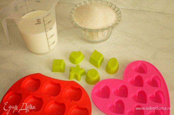 Набор продуктов и силиконовые формочки.