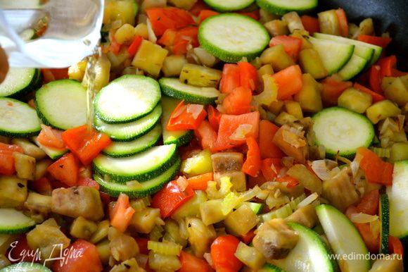 """Добавить воду и белое вино. Тушить овощи на медленном огне около 10 минут, пока овощи не станут мягкими. Однако, здесь важно соблюсти """"золотую середину"""" и не допустить, чтобы овощи разварились и превратились в """"кашу""""! )) Минут через 10 овощи снять с огня."""