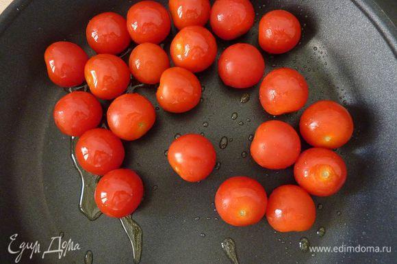 В большой сковороде нагрейте масло. Добавить помидоры и готовить, часто помешивая, пока они не полопаются, около 2 минут (я люблю много сока и помогаю им ложкой, слегка надавливая)