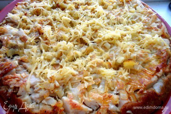 Посыпаем сыром на горячую начинку! Я убрала в таком виде обратно в уже выключенную духовку на несколько минут для расплавления сыра...,но можно и запечь сыр,кто хочет)))
