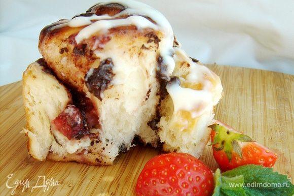 Смешать сметану с сахарной пудрой и покрыть ей горячие булочки. Приятного аппетита!