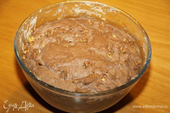 По рецепту нужно выложить тесто в форму для выпекания (противень) и через 1,5 часа выпекать. Я оставила в чашке, в которой замешивала, на всю ночь в холодильнике, сверху прикрыла влажным полотенцем.