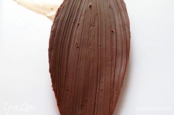 застывшие шоколадные листики отделяем от бумаги