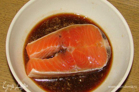 В соевый соус выжать сок из лимона и размешать. Каждый стейк вымочить в соусе.