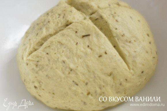 Тесто хорошо вымесить. Затем положить его в смазанную олив. маслом посуду и сделать крестообразный надрез.