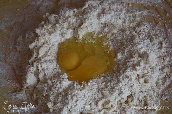 Сначала сделаем заготовки. Рис отвариваем до готовности. Отвариваем 1 яйцо. ****** Теперь сделаем тесто. Просеиваем муку и соль, добавляем порезанное на кубики мягкое масло и яйца, и вымешиваем пока тесто не станет гладким и упругим. Как вы понимаете мука разной влажности у всех, может понадобиться чуть больше или чуть меньше. Я всегда кладу чуть меньше,при раскатке тесто еще вберет муки сколько нужно.