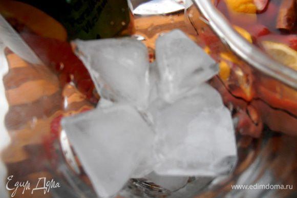 А не хватает,конечно,льда! Отмеряем стакан кубиков из льда...