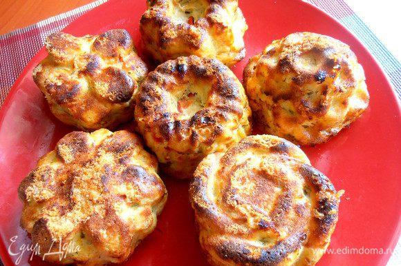 Когда кексы из картофеля немного постоят,переворачиваем на блюдо.