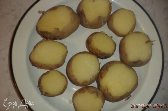 """У картофелин срезать боковую """"крышечку"""" толщиной около 5 мм и чайной ложечкой выбрать часть мякоти."""