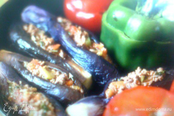 Затем добавить горох и обжарить ещё немного на сильном огне, чтобы полностью выпарилась влага из фарша. Снять с огня, добавить порубленную зелень и измельчённую мякоть помидоров. Посолить, поперчить, всыпать 2-3 щепотки куркумы и перемешать. Начинка готова. При помощи чайной ложки начиняем овощи фаршем, плотно укладываем их в толстенную посуду. Влить полстакана (не больше) воды, прикрыть крышкой и поставить кастрюлю на средний огонь. Минут через 15 по дому будет стоять волшебный аромат. Жидкость должна большей частью выкипеть. Готовится долма минут 30-40 на среднем огне.