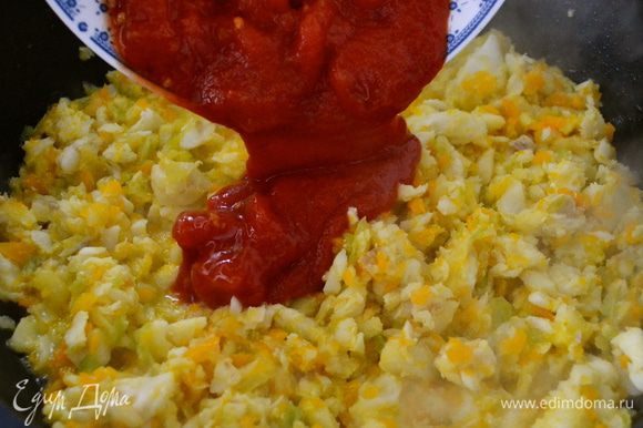 Затем томатную смесь. Добавить пол стакана воды (или овощного бульона). Посолить, поперчить и добавить щепотку сахара (это позволит слегка нейтрализовать кислоту от томатов).