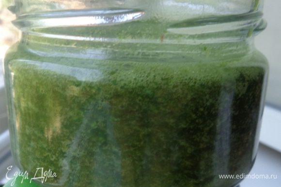 Перемолоть зелень, чеснок и овощи в блендере, подливая понемногу томатный сок, чтобы все хорошо измельчилось.