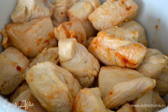 Как только мясо зарумянится, переложить его в глубокую тарелку, а в сковороду выложить мелко нарезанный лук и один целый зубчик чеснока. Обжаривать 3-5 минут.