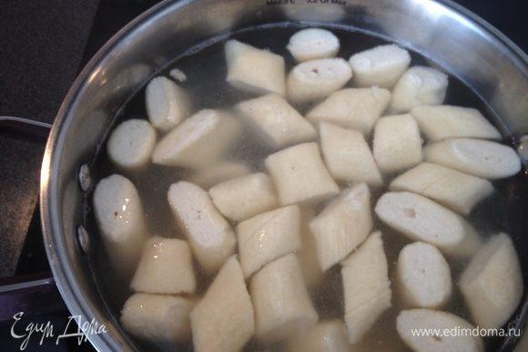 В кипящую воду положить вареники, шумовкой аккуратно перемешать. Когда вареники всплывут, можно выкладывать в тарелку! Дальше по вкусу- сметана, джем, свежие ягоды.