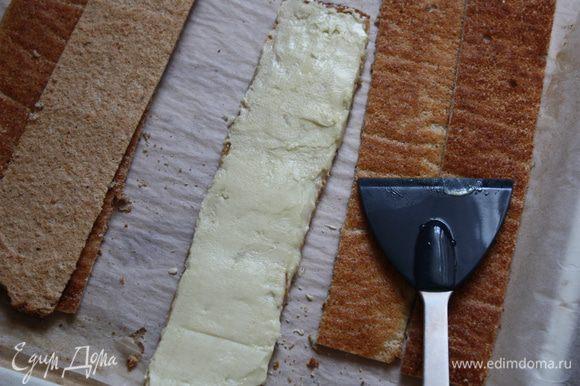 Аккуратно наносим на шоколад на полоску и разравниваем его широкой лопаткой. Топим черный шоколад.