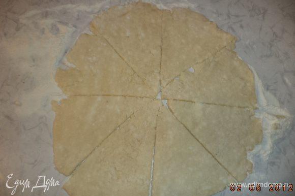 Разделить охлаждённое тесто на 4 равные части. Каждую раскатать в круг. Каждый круг разрезать на 8 сегментов.