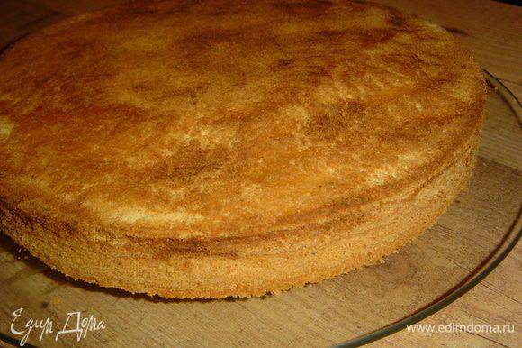 Даем торту остыть, а затем извлекаем его из формы.