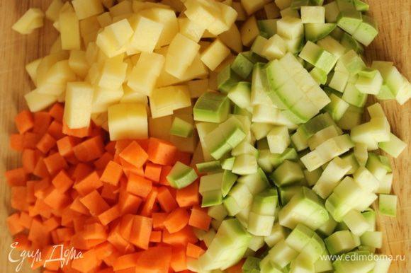 Картофель, морковь и кабачок нарезать мелким кубиком.