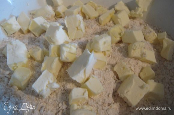 Добавить холодное масло, нарезанное кубиками.