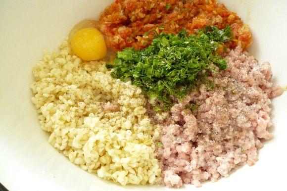 К мясному фаршу добавить овощную смесь,булгур, яйцо, нарезанную зелень, соль, молотый перец и хорошо перемешать