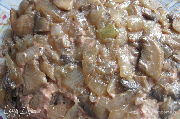Сверху паштета со всех сторон поместить грибы с луком.