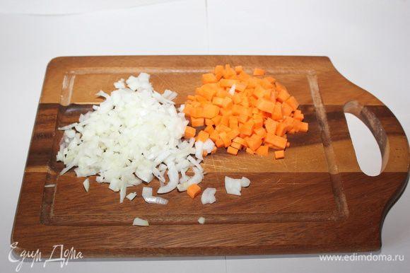Морковь и лук нарезать мелкими кубиками.