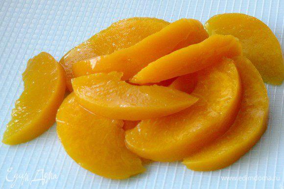 С консервированных персиков слить жидкость, персики нарезать на небольшие тонкие дольки.