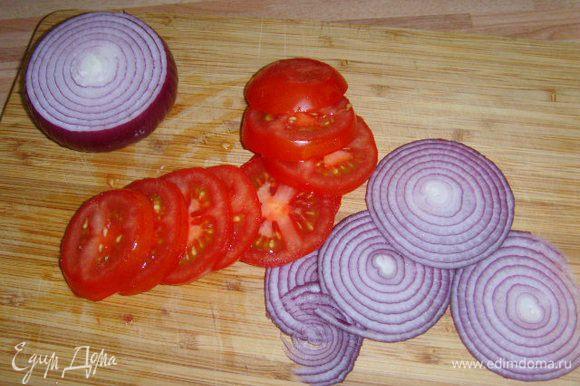 Лук порезать тонкими кольцами, помидорки тоже кольцами.