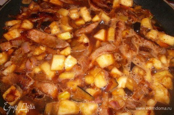 Залить мясо с овощами соусом (соевый соус-вода 1:2), посолить поперчить и тушить на небольшом огне около 40 минут...