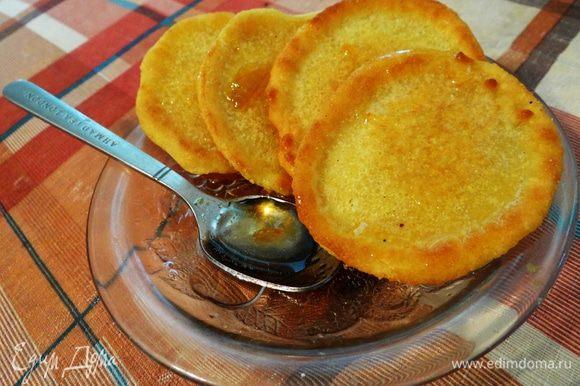 Подавать можно с повидлом, медом или кленовым сиропом. У меня абрикосовый конфитюр. Приятного чаепития!