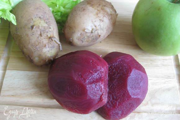 Сварить свеклу и картошку в мундире. Дать им остыть, почистить.