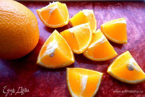 Апельсин тщательно моем и нарезаем на кусочки с кожурой...,вынимаем все косточки!