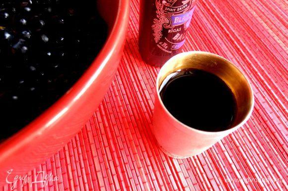Для взрослых наливаем рюмку Рижского черносмородинового бальзама (30*)... Вот в такой сувенирной бутылочке умещается как раз 40 мл.