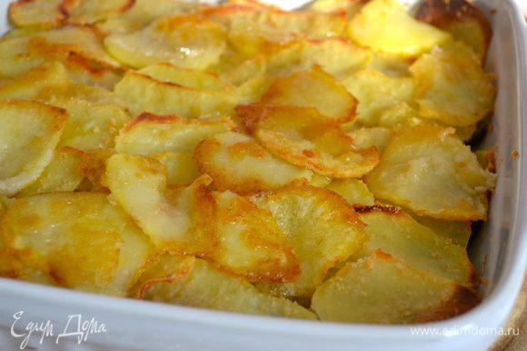 Поставить мидии запекаться в разогретую духовку на 30-40 минут, до образования красивой золотистой корочки у картофеля.