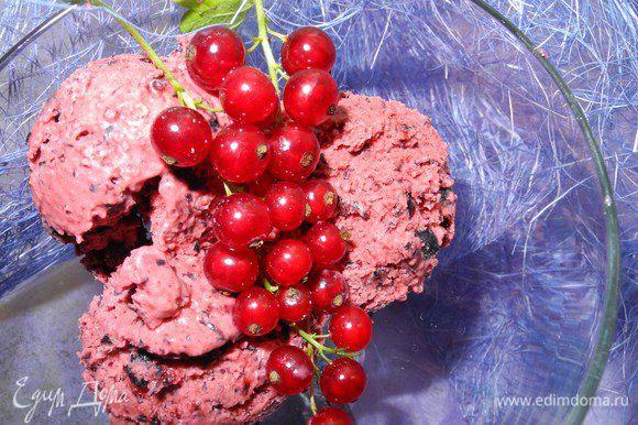 Таким образом можно сделать любое ягодное мороженое, если ягоды с косточками (красная смородина, малина), то лучше использовать сок. Мороженое получается очень нежное с ягодно-сливочным вкусом. Приятного аппетита!