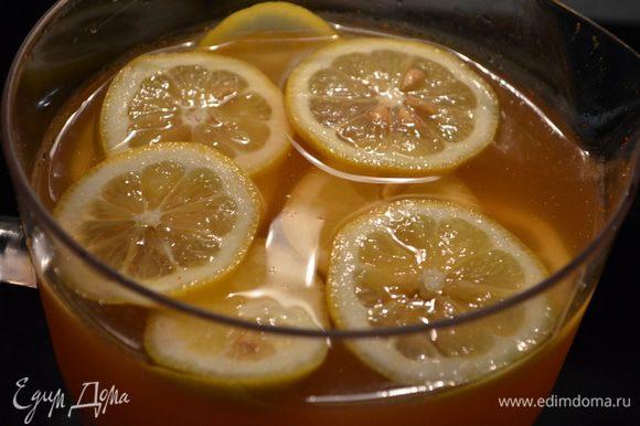 Порежем лимон кругами и выложим поверх.