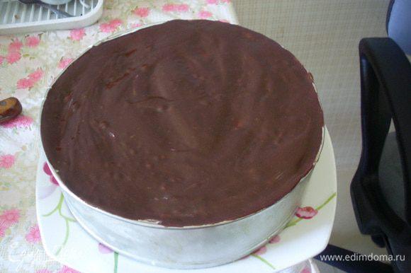 Поставить торт в холодильник, для застывания глазури на несколько минут. Провести ножом вдоль борта формы, снять борт и можно подавать.