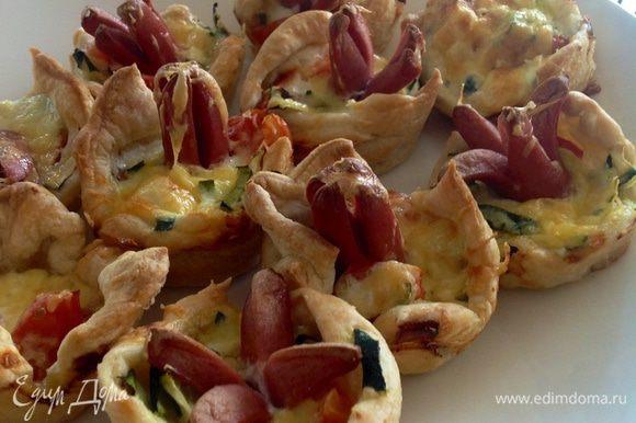 Из оставшегося теста (упаковка 300 г) сделала вот такие мини -пиццы в форме для маффинов.... дети остались очень довольны)))