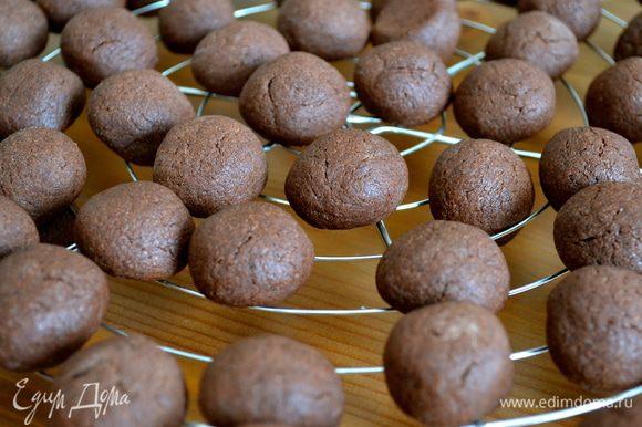 Выпекать в разогретой духовке 12-15 минут. Готовое печенье полностью остудить на решетке.
