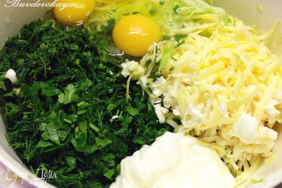 Сыр натереть на крупной терке. Смешать тертые кабачки, сыр, зелень. Добавить яйца, кефир или сметану, муку, разрыхлитель. Посолить, поперчить. Тщательно все перемешать.