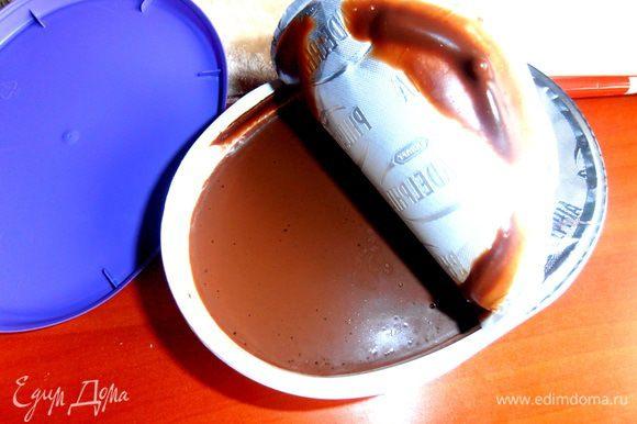 Возьмём для промазывания, например, такой крем-сыр со вкусом одной известной шоколадки... Сахар в нём уже присутствует))) Или шоколадный плавленный сырок... или пасту шоколадную... или даже варёную сгущёнку тоже не плохо!