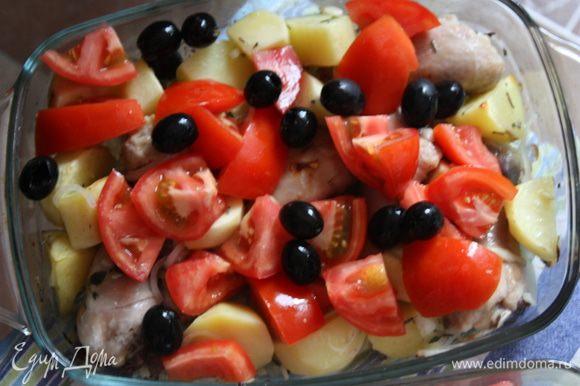 Помидоры моем, режем их на 4 части и добавляем курице вместе с маслинами за 40 минут до окончания запекания.