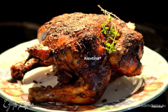Готовую курицу достанем из духовки. Дадим слегка остынуть. Снимем с банки и разрежем на порции.