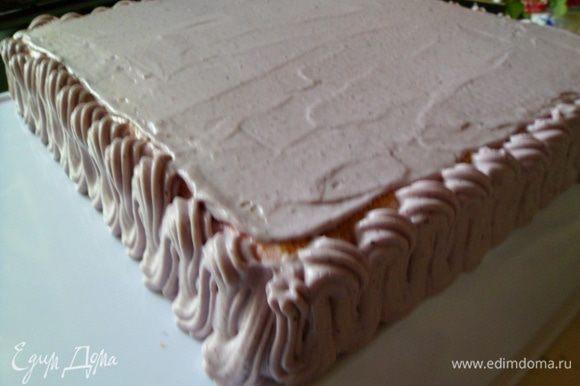 украшаем торт кремом.можно обойтись и без этого,все равно разрезав торт всей красоты не увидят